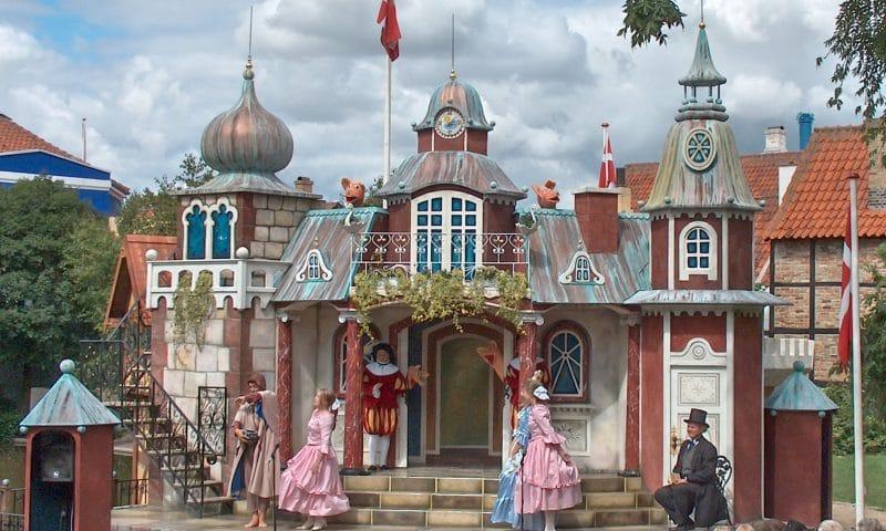 Det kendte Eventyrslot, der nu står i Eventyrhaven, danner også rammen om H. C. Andersen teater for de mindste under festivalen. Arkivfoto