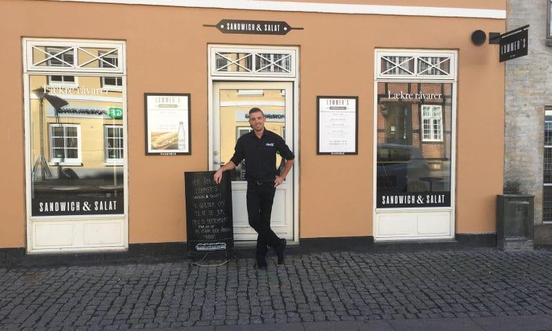 Nicolai Lommer Larsen foran Lommer's Sandwich & Salat.