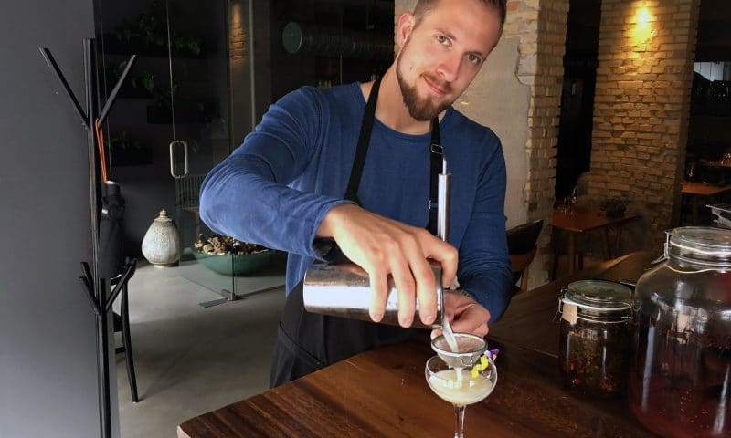 Cocktailmeister hos mmoks, Rasmus Brinck.