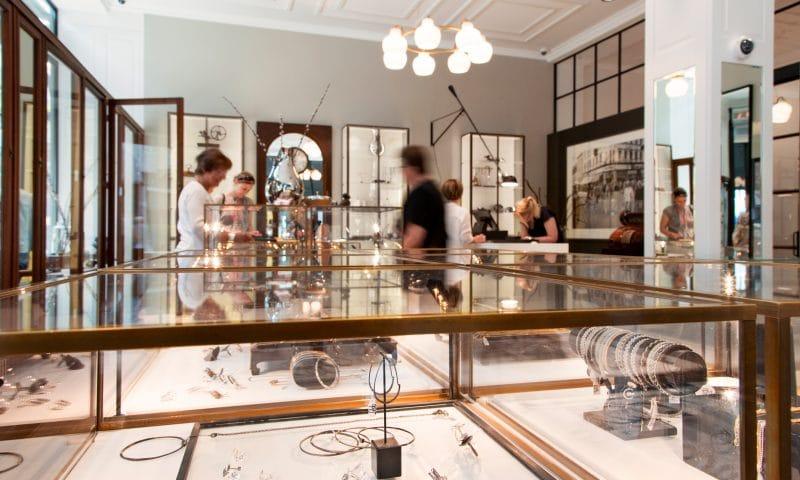 Hos Guldsmed Helle Elmgreen finder du et stort udvalg af klassiske og moderne smykker - og især de danske smykkebrands er stærkt repræsenterede.