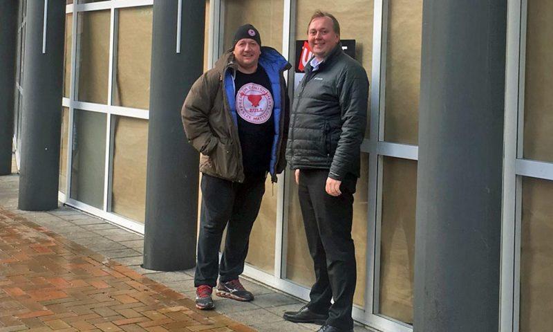 Både Bull-ejer Henning Andersen (t.v) og Rasmus Renner fra home Erhverv Fyn glæder sig over den nye burgerrestaurant på Mageløs.