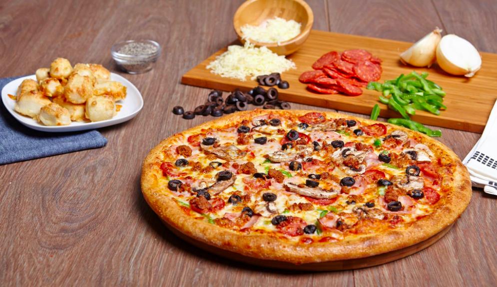 verdens st rste pizzak de bner i odense gte amerikanske pizzaer. Black Bedroom Furniture Sets. Home Design Ideas