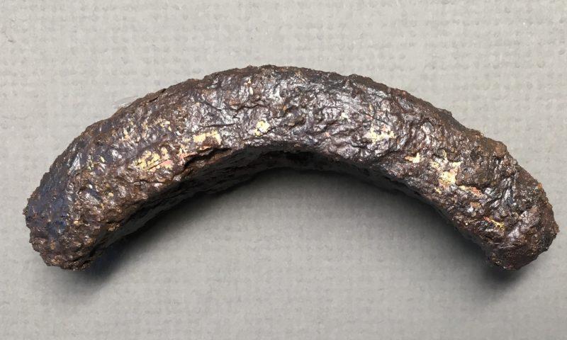 Del af sværdgreb fra vikingeborgen Nonnebakken. Fundet dateres til starten af 800-tallet og er med til at pege på aktiviteter på stedet i den tidlige vikingetid og altså samtidig med, at byen vokser frem på nordsiden af Odense Å. Foto: Odense Bys Museer
