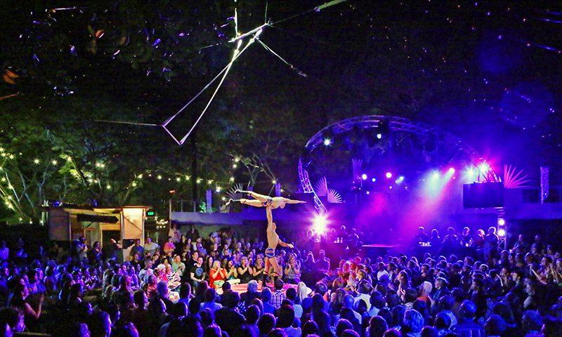 Arkivfoto - modelfoto på en cirkusfestival med artister