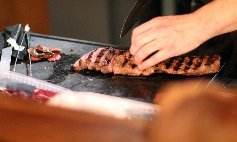 Mørt grillet oksekød gøres klar til servering.