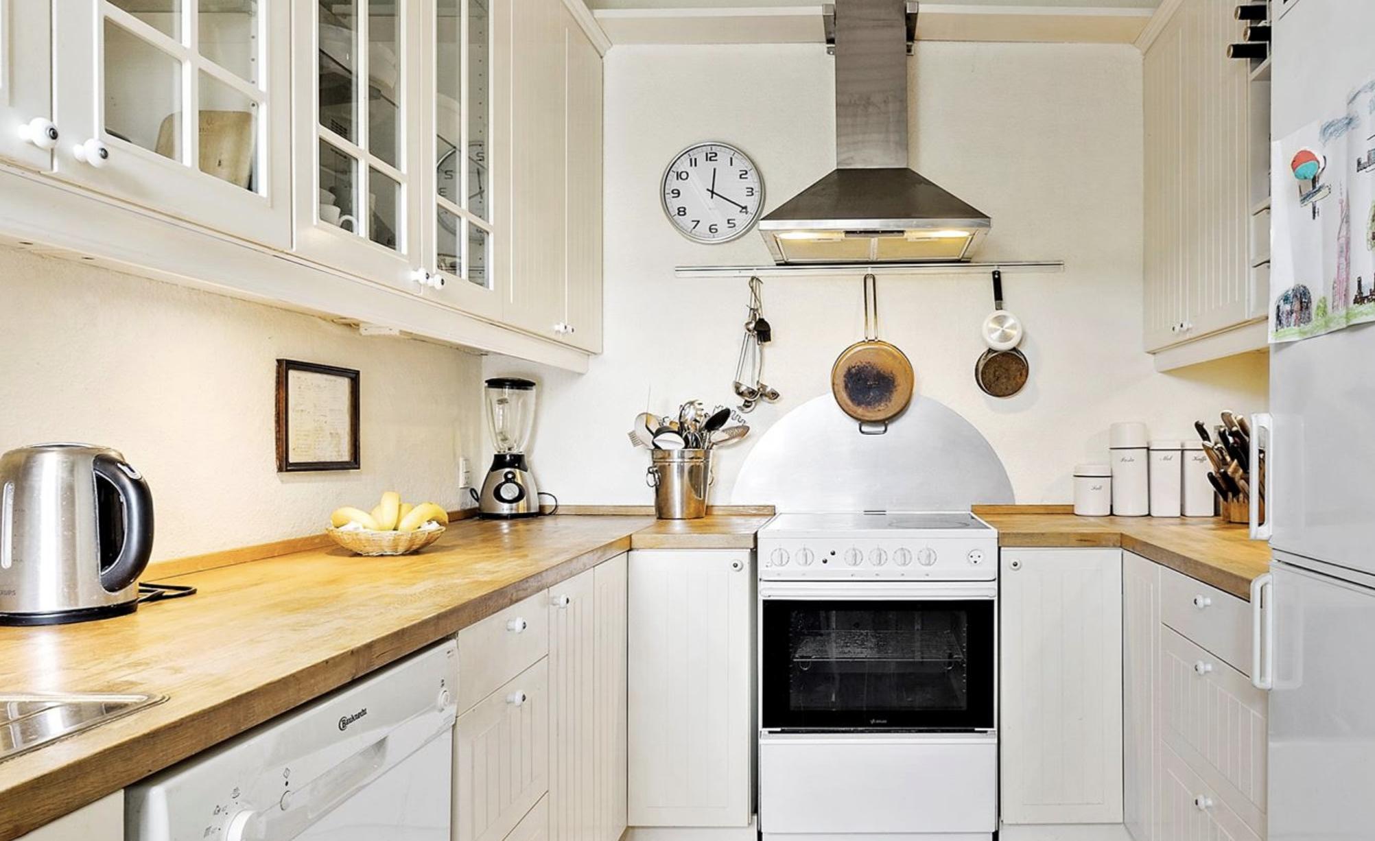Det hyggelige køkken på Larsen Stevns Vænge 30 kan let omdannes til et køkkenalrum