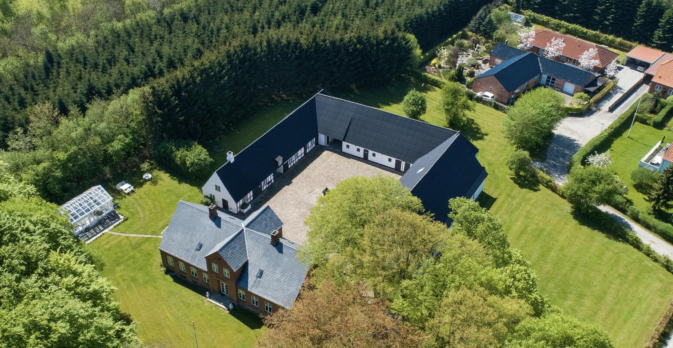 Kun fra luften kan man få hele gården med på denne pragtfulde ejendom