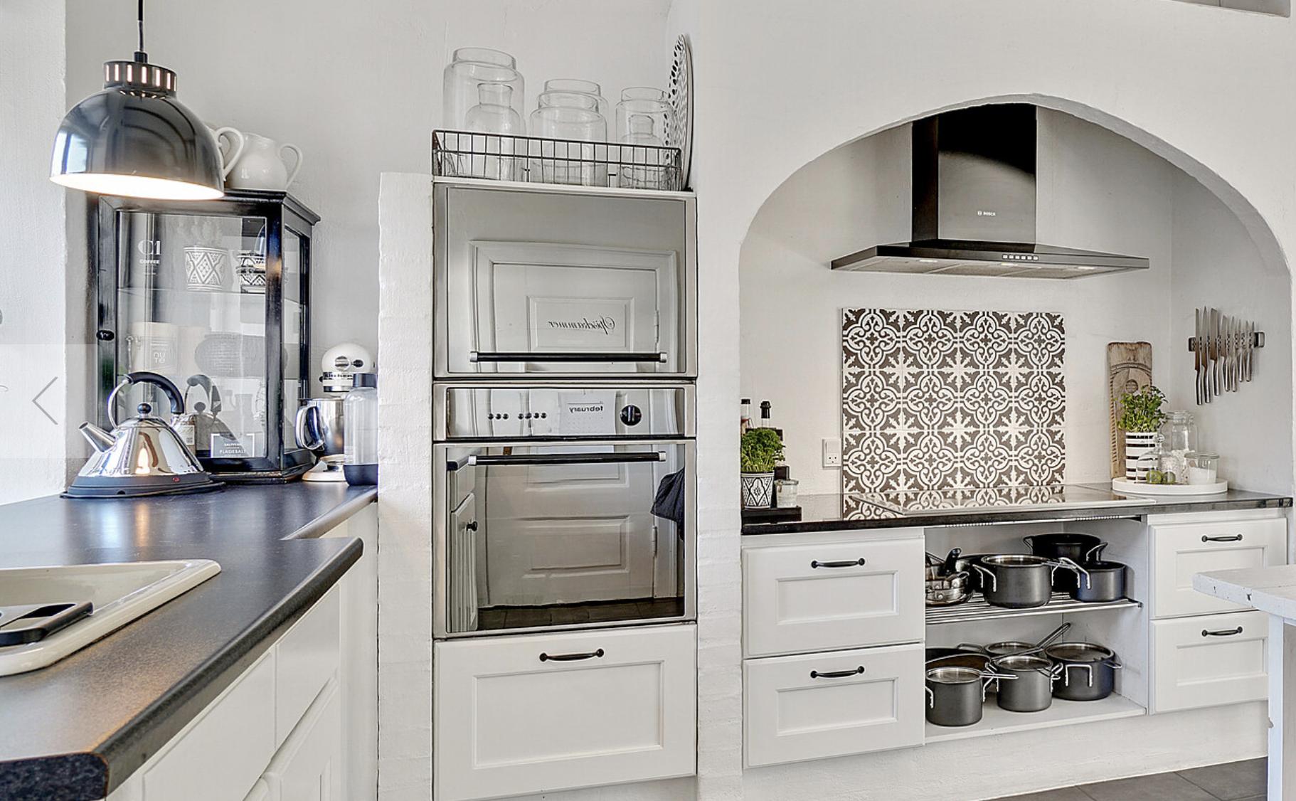 Selv den mest kritiske indretningsekspert vil have svært ved at finde detaljer, som ikke er perfekt udført. Her ses lidt af køkkenet.