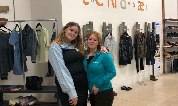 Dicte Tengs (t.v.) og Rosa Schmidt Dahl (t.h.) er frivillige i Blå Kors-genbrugsbutikken i Odense C, hvor de nu holder aftenåbent én gang om ugen.
